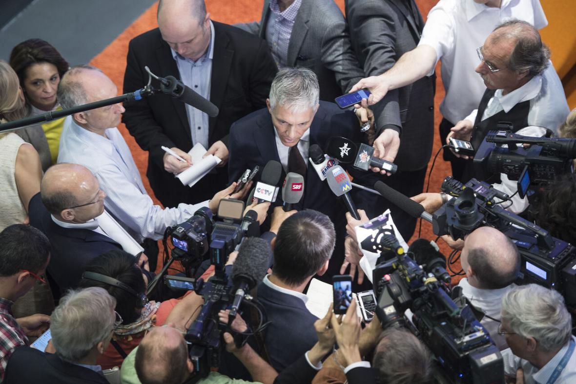 خبرنگاران کسر 8 درصدی حقوق؛ تاوان دادستان دروغگوی سوئیسی در پرونده فیفا
