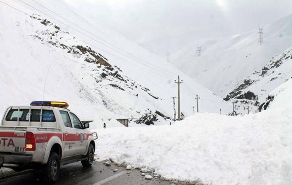 نجات 5 نفر در ریزش بهمن جاده کرج - چالوس